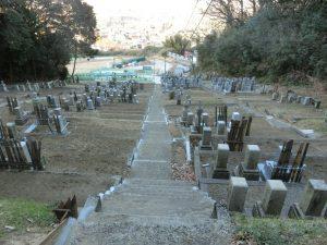 戦前に無縁墓石や石造物が訳ありで移設がされた山に行ってきました。数え切れません。
